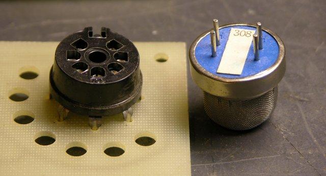 Flammable gas sensor and socket