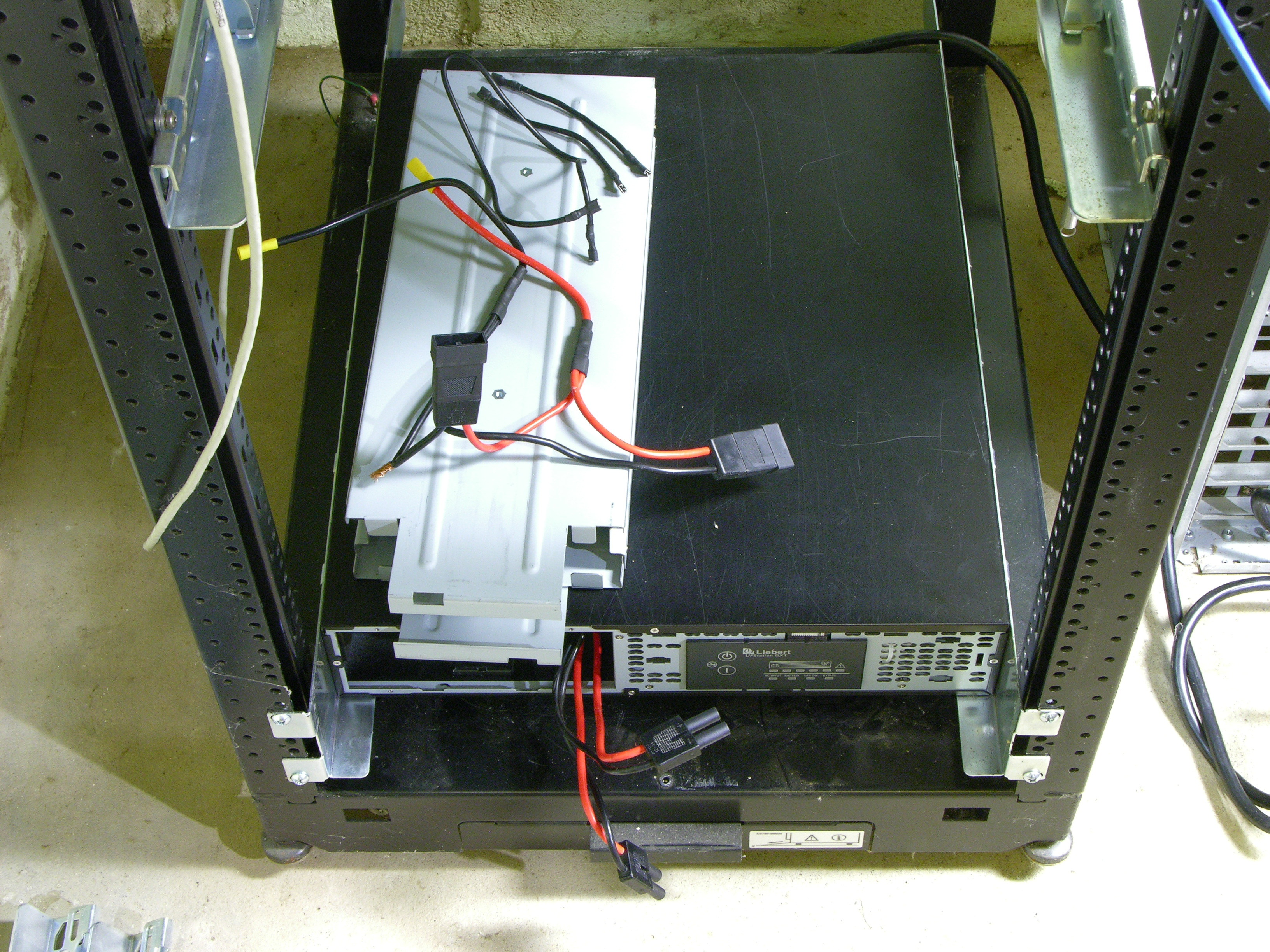 liebert gxt2-2000rt120 ups with battery cage disassembled
