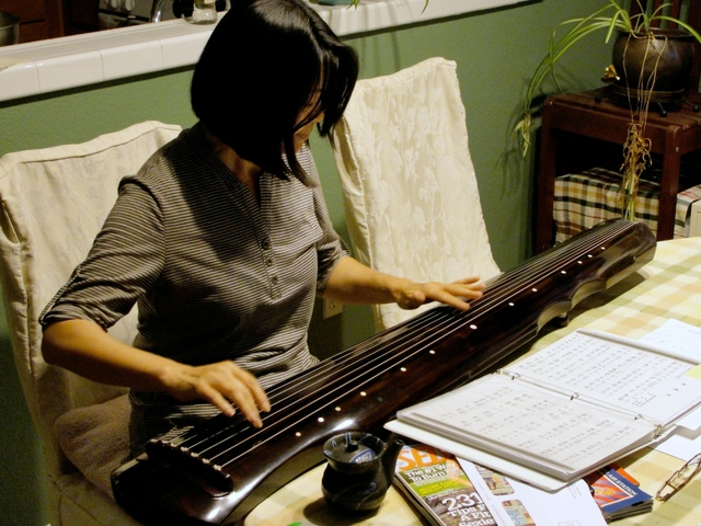 Min Smith playing guqin