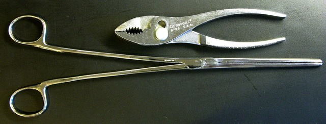 Large Kelly forceps with locking mechanism removed