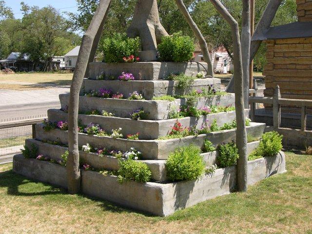 Garden of Eden, Lucas, KS: floral ziggurat